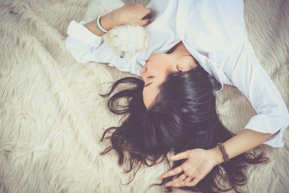девушка с собакой на кровате